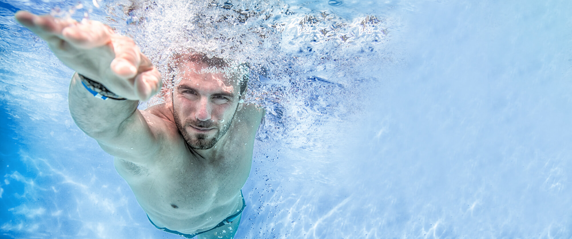 Counter-current system for whirlpools and swimming pools